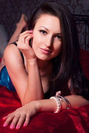 jeune fille adolescente nue: belle jeune fille brune dans la chambre en lingerie bleu