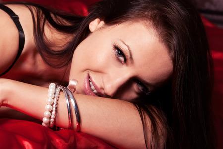 jeune fille adolescente nue: belle jeune fille avec une brunette de sourire dans la chambre Banque d'images