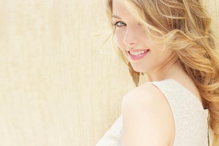 ojos hermosos: retrato de una hermosa chica sexy con grandes labios carnosos con el pelo blanco y un blanco dedo largo completo