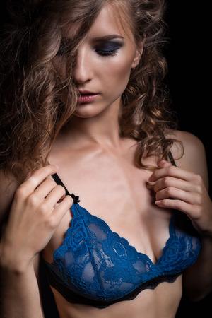 femme noire nue: Sensuelle sexy femme brune posant dans une lingerie �rotique en dentelle bleu fonc�