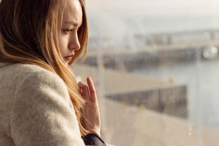junge nackte m�dchen: sch�nen traurigen einsamen M�dchen sitzen in der N�he des Fensters fehlt