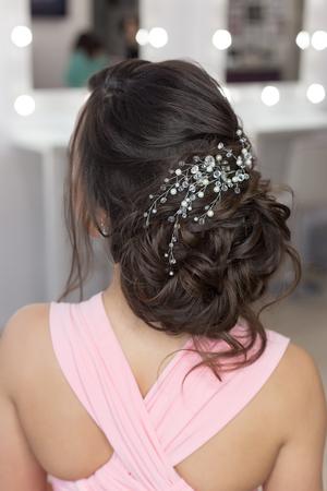 Belle élégante Coiffure Du Soir Sur Les Cheveux Noirs Belle Fille Avec Un Ornement De Pierres Dans Ses Cheveux Coiffure Pour Le Mariage