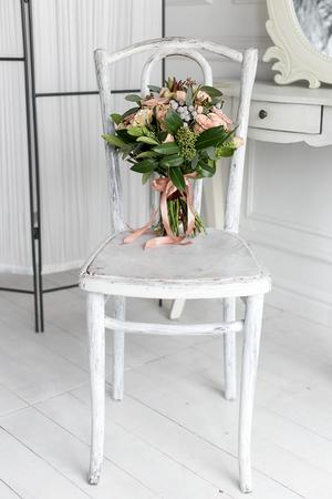 Mooie Delicate Boeket Crème Rozen Lag Op Een Witte Stoel In Een ...