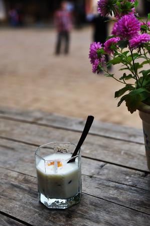 caballo bebe: Un vaso de leche
