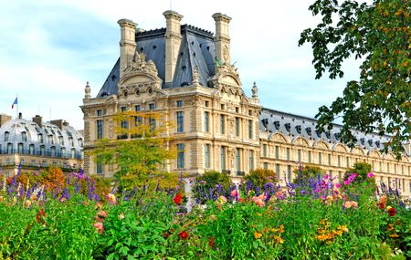 green vegetation: France, Paris: ancient famous monuments Louvre Palace; the louvre framed by the summer green vegetation  Stock Photo