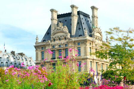 Francja, Paryż: starożytnej słynnych zabytków Louvre Palace, jak; najsłynniejszych Muzeum architektury ładny framed przez latem wegetacyjnego  Zdjęcie Seryjne - 2520021