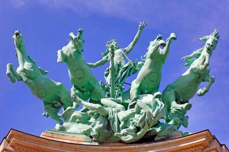 Francia, París: monumentos famosos estatua de Grand Palais; cielo azul y el verde bronce caballos de salto del palacio techo Foto de archivo - 2516220