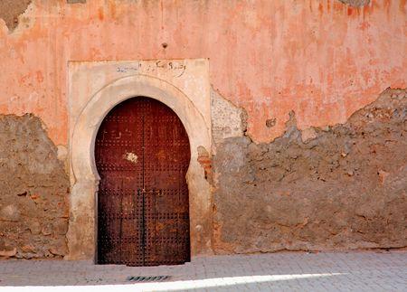 marrakesh: Marocco, Marrakech, Marrakech: cielo blu e rosso pareti incorniciato una antica porta di legno tipico