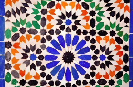 marrakesh: Marocco, Marrakech, Marrakech: dettaglio architettonico del Palazzo Bahia; geometrici tipici della ceramica in blu, bianco, rosso e verde  Archivio Fotografico