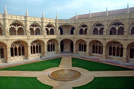 sculpted: Portugal, Lissabon: Manueline architectuur stijl, Jeronimosklooster; gebeeldhouwde witte steen met gebeeldhouwde muren, beelden en rij archs