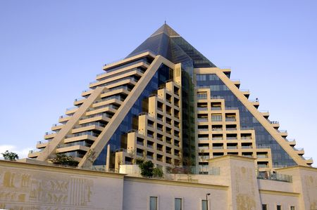 Verenigde Arabische Emiraten: Verenigde Arabische Emiraten: Dubai details van de piramide moderne buiding; imitatie van de Egyptische constructies Stockfoto