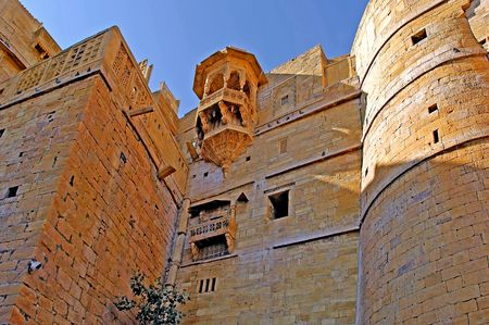 védekező: India, Rajasthan, Jaisalmer: Fort; blue sky and red stone for this defensive ancient architecture