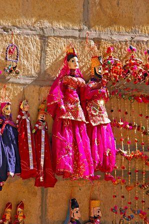 puppet woman: India, Rajasthan, Jaisalmer: marioneta; tradicionales de madera que representan las mujeres en un tradicional sari rojo