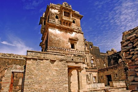 chittorgarh fort: India, Chittorgarh: Citadel from the 7th century AD; belongs to the mmaurya dynasty; the citadel have a strong symbolism; it represents the bravery of the noble and glorious rajput; today is a ruined citadel ; blue sky and an ancient stone fortress