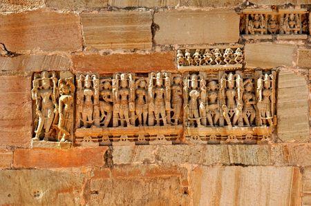 the citadel: India, Chittorgarh: dettaglio di un muro da Cittadella dal settimo secolo D.C.; appartiene alla dinastia maurya; la cittadella hanno un forte simbolismo; essa rappresenta il coraggio di rajput il nobile e glorioso; oggi � una cittadella rovina; cielo blu e un e