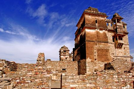 chittorgarh fort: India, Chittorgarh: Citadel from the 7th century AD; belongs to the maurya dynasty; the citadel have a strong symbolism; it represents the bravery of the noble and glorious rajput; today is a ruined citadel ; blue sky and an ancient stone fortress