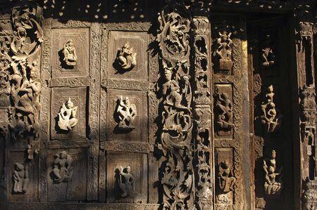 Myanmar, Mandalay: Pagode; Detail der antiken Architektur dieses Holz Kloster; geschnitzten religi�sen Zahlen Stockfoto - 2900729