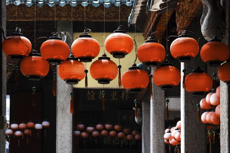 deng: Malaysia, Penang: red typical chinese lanterns on the courtyard of an ancient  chinese temple