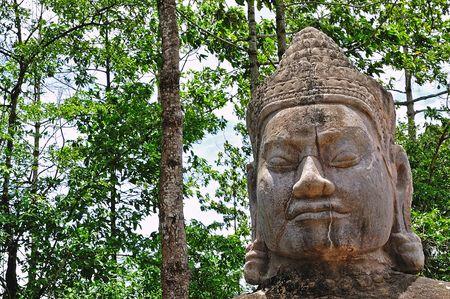 sculpted: In Cambodja oog van een oude Khmer gebeeldhouwde kop in de oude stad van Angkor