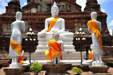 yai: In Thailandia la citt� di Ayutthaya � stata fondata nel 1350 oggi � un vasto parco archeologico: qui la vista di un Buddha seduto al Wat Yai Chai Mongkhon