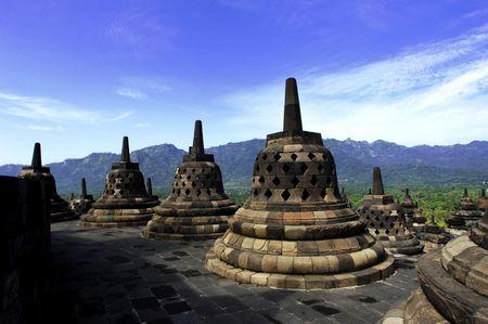 stupas: Indonesia, Java centrale. Il tempio di Borobudur Mahayana � un tempio buddista del 9 � secolo con un sacrario principale e pi� perforata stupa.  Archivio Fotografico