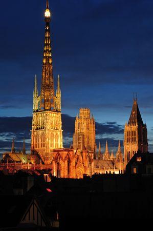 프랑스 루시 루의 고딕 성당에서 1876 1880에서 건물 최고점 worlds했다. 노먼 대성당 리처드 사자 심장의 무덤을 포함합니다. 건물의 야경
