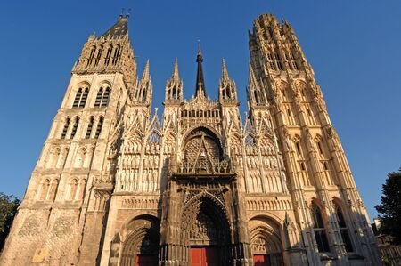 France Rouen: the gothic Cathedral of Rouen was the world's tallest building from 1876 to 1880. The Norman cathedral contains the tomb of Richard the Lion heart. View of the facade   Stok Fotoğraf