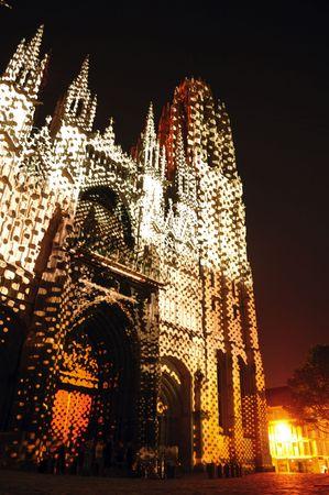 프랑스 루시 루의 고딕 성당에서 1876 1880에서 건물 최고점 worlds했다. 노먼 대성당 리처드 사자 심장의 무덤을 포함합니다. 조명 된 외관의 전망