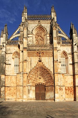 buttresses: Portugal, Batalha: the famous Batalha monastery was built to commemorate the victory over the Castilians in the battle of Aljubarrota in 1385 in late gothic and manueline style. View of the façade. A world heritage site; view of the facade.