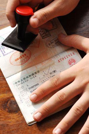 passeport: Le contr�le de l'immigration; marque un passeport par estampage