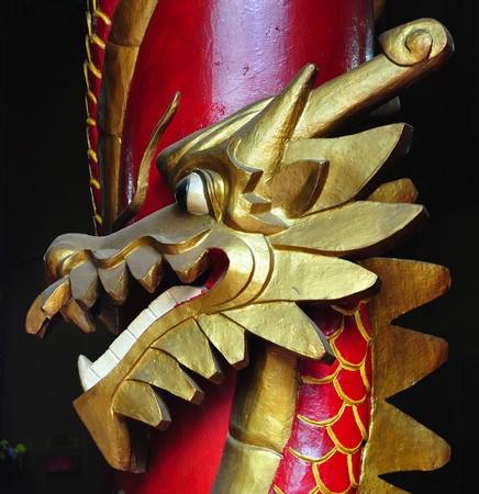 mineros: Malasia Kuala Lumpur: La Sze Ya es la ciudad m�s antigua del templo chino (1882). El templo est� dedicado a la deidad guardiana de los mineros de esta�o chino, Shen Kong. Vista de una columna tallada con un drag�n rojo