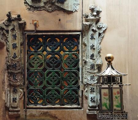 mineros: Malasia Kuala Lumpur: La Sze Ya es la ciudad m�s antigua del templo chino (1882). El templo est� dedicado a la deidad guardiana de los mineros de esta�o chino, Shen Kong. Vista de una ventana t�pica de piedra tallada. Foto de archivo
