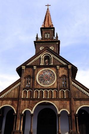 Cielo azul y una antigua iglesia colonial de madera en Kontum en Vietnan