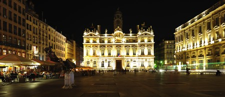 ville: France, Lyon: night view of the famous square des Terreaux with the illluminate ancient facade of the Hotel De Ville  Stock Photo