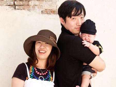 Retrato de joven pareja feliz con el hijo de bebé
