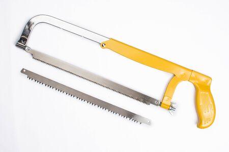 eine gelbe Säge und ein Sägeblatt auf weißem Hintergrund Standard-Bild
