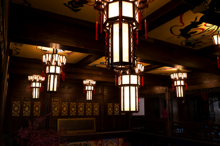 The roof of a traditional Chinese architectural interior is covered with lamps representing traditional Chinese culture. 新聞圖片