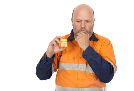 Ein Mann machte sich Sorgen um die möglichen Ergebnisse der Urinprobe.