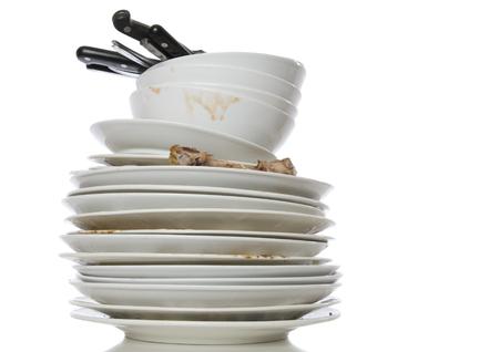 Un montón de platos sucios para lavar, aislado en blanco. Foto de archivo