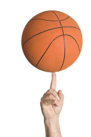 primo piano di una pallacanestro che gira su un dito.