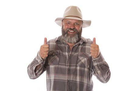 Ein glücklicher Landarbeiter, der der Kamera Daumen hochgibt.