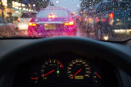 pluviometro: salpicadero de un coche con el parabrisas mojada por la lluvia en Bangkok