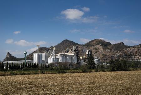 시멘트 공장 및 록 키 산맥 사라 부리 주, 태국에서. 시멘트 공장은 Saraburi의 석회암 산에서 제조합니다.