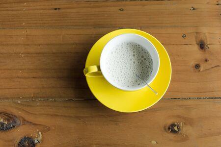 table wood: Hete melk op de houten tafel