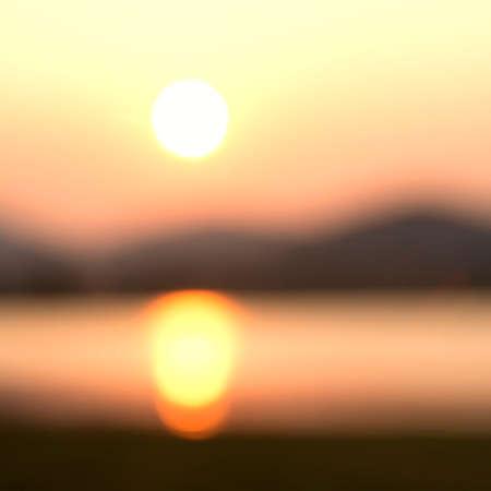 over the hill: Amanecer borrosa sobre la colina y el lago para el fondo
