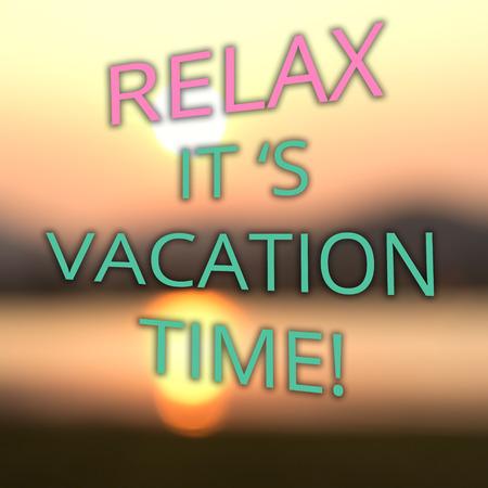 over the hill: Verano del cartel de vacaciones con texto RELAX ES HORA DE VACACIONES en la falta de definici�n la salida del sol sobre el fondo colina Foto de archivo