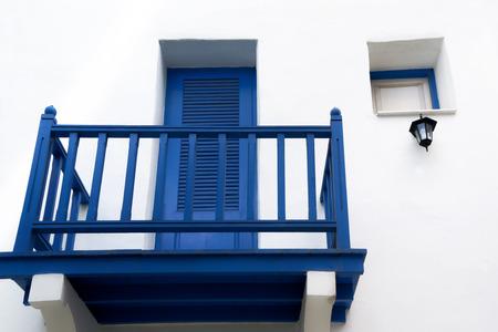 orificio nasal: una pequeña terraza en la pared blanca Foto de archivo