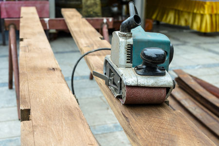 shove: Planing machine on wooden plank.