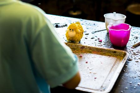 trabajo manual: taller de creatividad. Estatuas talladas de velas goteos. trabajo manual. Foto de archivo