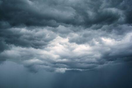 Zwarte wolken. Regen Wolken op de lucht Stockfoto